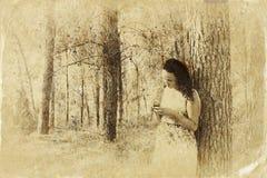 Donna che gode della natura Supporto della ragazza di bellezza all'aperto retro immagine filtrata Foto di vecchio stile Immagini Stock