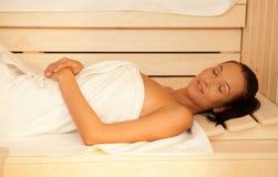 Donna che gode della sauna Fotografie Stock Libere da Diritti
