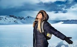 Donna che gode della vacanza di inverno immagine stock libera da diritti