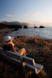 Donna che gode della vista al litorale dell'Oregon Immagini Stock