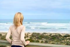 Donna che gode della vista del mare alla spiaggia di Goolwa Fotografia Stock Libera da Diritti