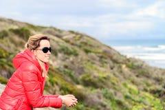 Donna che gode della vista del mare alla spiaggia di Goolwa Immagine Stock Libera da Diritti