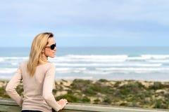 Donna che gode della vista del mare alla spiaggia di Goolwa Fotografie Stock