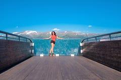 Donna che gode dello scenics dal punto di vista di Stegastein Fotografia Stock