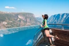 Donna che gode dello scenics dal punto di vista di Stegastein Immagine Stock Libera da Diritti