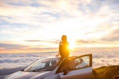 Donna che gode di bello cloudscape Immagine Stock Libera da Diritti