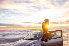 Donna che gode di bello cloudscape Immagini Stock Libere da Diritti