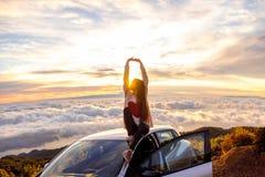Donna che gode di bello cloudscape Immagine Stock