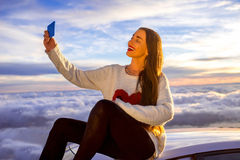 Donna che gode di bello cloudscape Immagini Stock