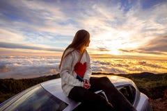 Donna che gode di bello cloudscape Fotografia Stock