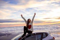 Donna che gode di bello cloudscape Fotografia Stock Libera da Diritti