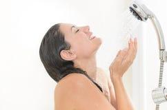 Donna che gode di un acquazzone Fotografie Stock Libere da Diritti