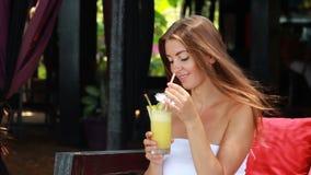 Donna che gode di un cocktail video d archivio