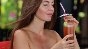 Donna che gode di un cocktail archivi video
