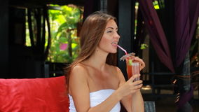 Donna che gode di un cocktail stock footage