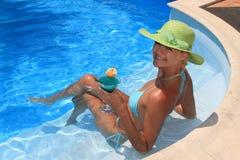 Donna che gode di un cocktail fresco in un raggruppamento blu Fotografia Stock Libera da Diritti