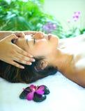 donna che gode di un massaggio capo olistico Fotografia Stock