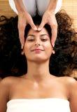 Donna che gode di un massaggio del cuoio capelluto Fotografia Stock Libera da Diritti