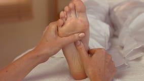 Donna che gode di un massaggio del piede stock footage