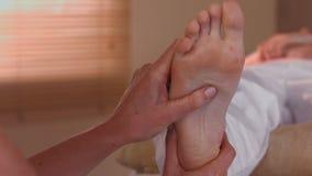 Donna che gode di un massaggio del piede archivi video