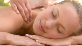 Donna che gode di un massaggio della spalla stock footage