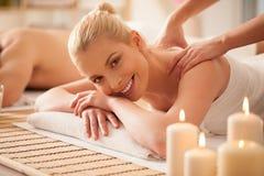 Donna che gode di un massaggio posteriore fotografie stock libere da diritti