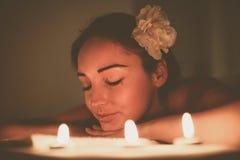 Donna che gode di un trattamento di massaggio immagine stock