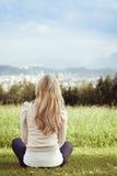 Donna che gode di una vista della città Fotografia Stock