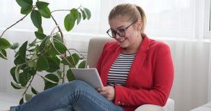Donna che gode mentre scrivendo per fare lista in diario video d archivio