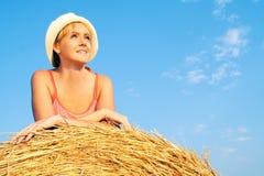 Donna che gode sul campo di frumento Fotografia Stock
