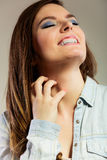 Donna che graffia il suo collo Fotografie Stock