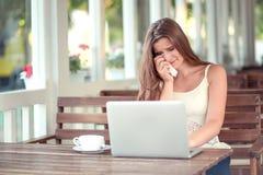 Donna che grida è così triste davanti ad un computer portatile fotografia stock