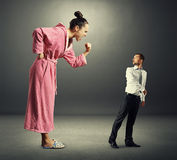 Donna che grida al piccolo uomo spaventato Immagini Stock Libere da Diritti