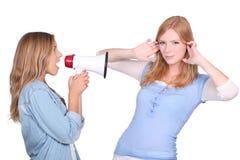 Donna che grida al suo amico Immagine Stock