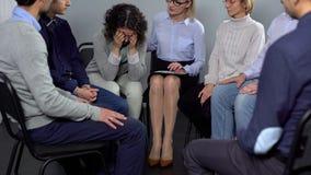 Donna che grida alla sessione di terapia, psicoterapeuta femminile che la conforta, aiuto fotografia stock libera da diritti