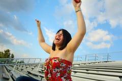 Donna che grida dall'eccitamento Fotografie Stock Libere da Diritti