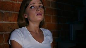 Donna che grida e che ritiene frustrata alla notte, strappi Immagini Stock Libere da Diritti