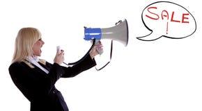 Donna che grida fuori vendita. Immagine Stock Libera da Diritti