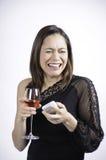 Donna che grida tenendo un vetro di vino Fotografie Stock Libere da Diritti