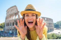 Donna che grida tramite le mani a forma di del megafono Fotografie Stock Libere da Diritti