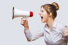 Donna che grida in un megafono fotografia stock libera da diritti
