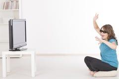 Donna che guarda 3D TV in vetri Immagini Stock