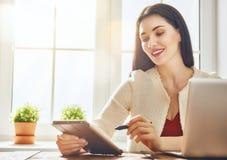 Donna che guarda allo schermo del computer portatile Immagine Stock