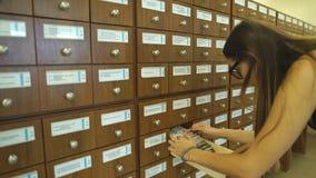 Donna che guarda attraverso gli archivi in ufficio archivi video