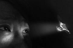 donna che guarda attraverso il foro con light& x28; concept& x29 di abuso; Fotografia Stock