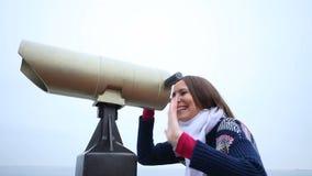 Donna che guarda con l'ondeggiamento del binocolo HD pieno con il cursore motorizzato stock footage