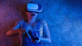 Donna che guarda con VR con luce rossa e blu fotografia stock