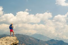 Donna che guarda e che celebra alba e paesaggio Fotografie Stock Libere da Diritti
