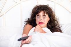 Donna che guarda film triste sulla televisione Fotografie Stock Libere da Diritti
