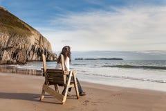 Donna che guarda fuori al mare Fotografie Stock